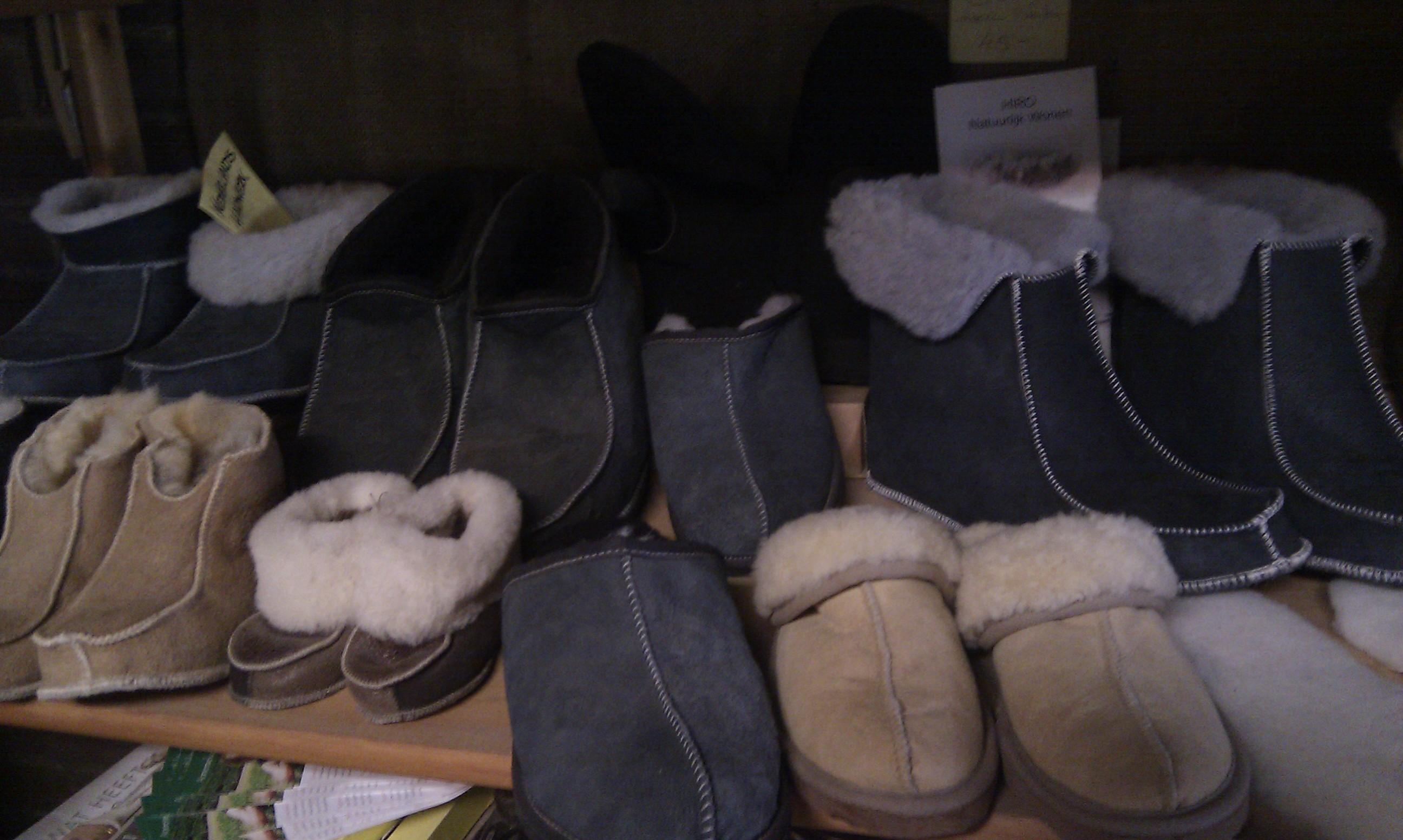 Collectie schapenvacht pantoffels handschoenen wanten en inlegzool